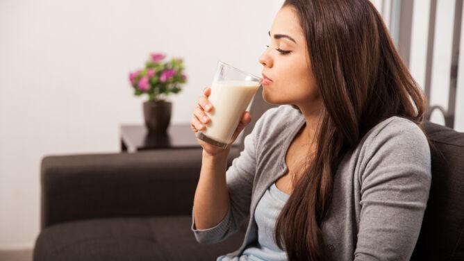 Szokujące odkrycie. Picie mleka mogło uszkodzić neurony w mózgu