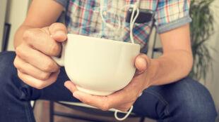 Nie pij kawy dzień po koncercie. Może to źle wpłynąć na słuch